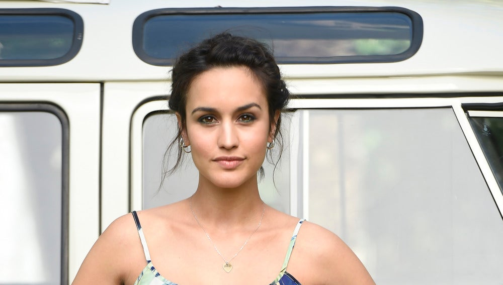 Megan Montaner Se Desnuda Para Darse Una Rustica Ducha Famosos Y