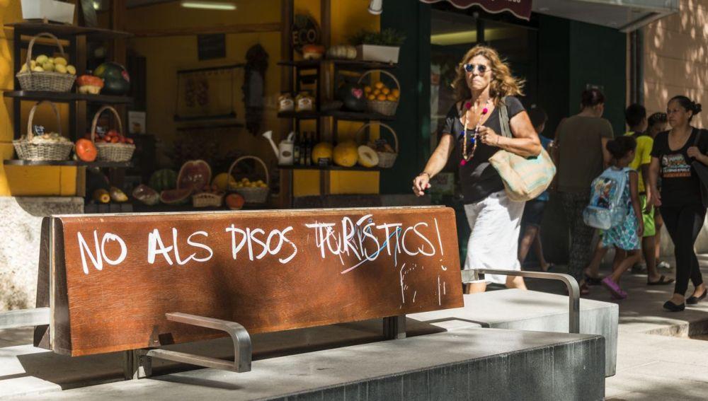 Una pintada contra los pisos turísticos en Baleares