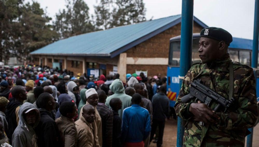"""""""La sangre densa del chaval al que dispararon en la zanja"""", el rap contra la violencia policial en Kenia"""