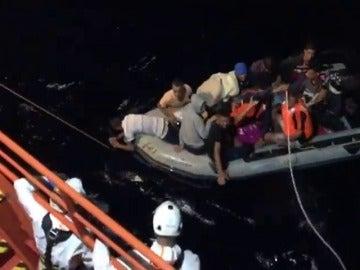 Rescatan a 12 argelinos de una patera interceptada a 55 millas de Cabo Gata