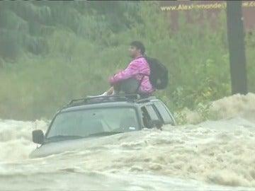 Desesperado rescate de un hombre atrapado por una riada en Texas