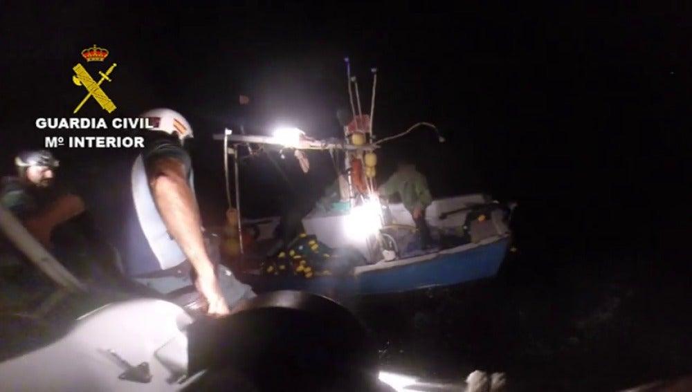 La Guardia Civil rescata a 7 inmigrantes irregulares abandonados en mar abierto