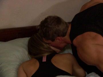 Raúl le da un beso de buenas noches a Sandra