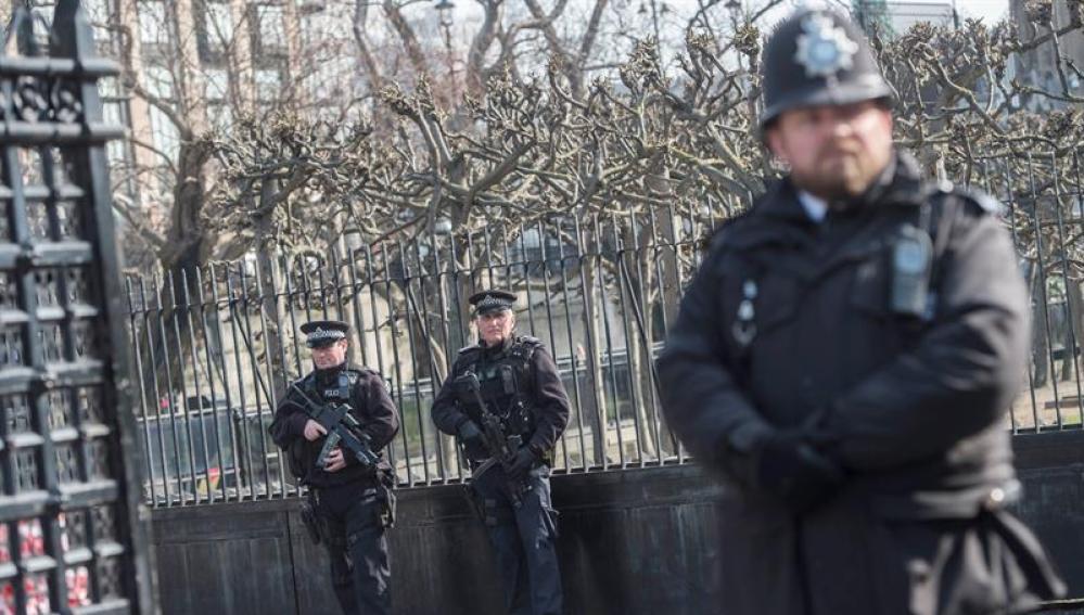 Varios policías armados en el centro de Londres