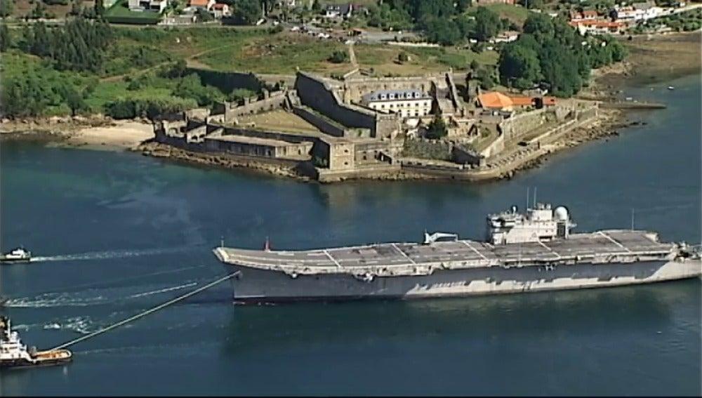 El portaaviones  Príncipe de Asturias parte rumbo a su desguace
