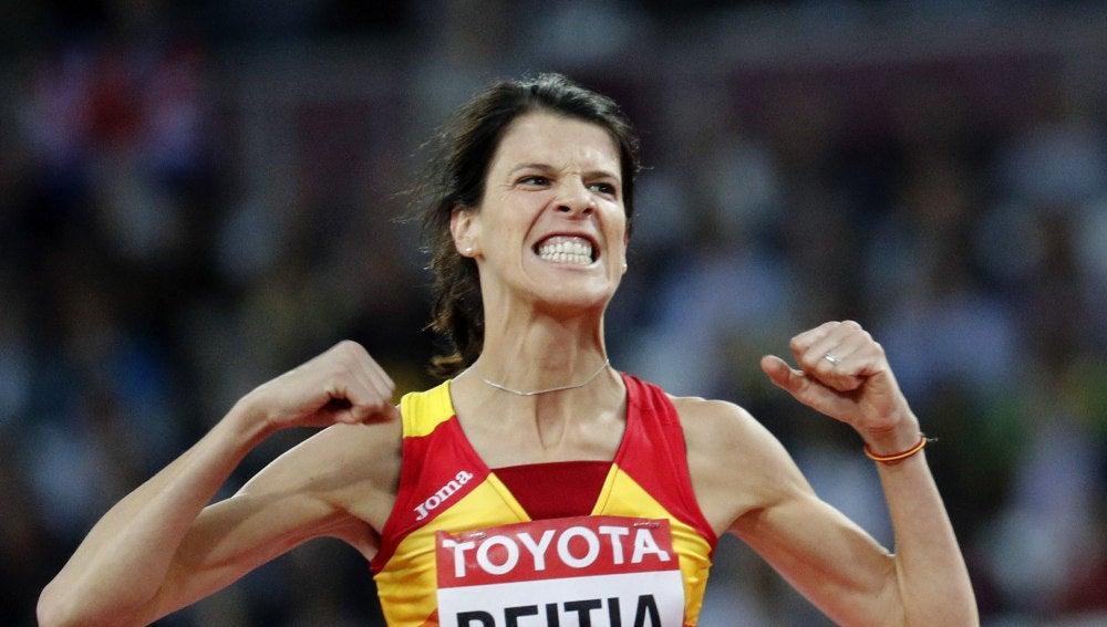 Ruth Beitia celebra su salto con éxito
