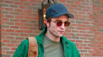 Robert Pattinson sigue pálido hasta en verano