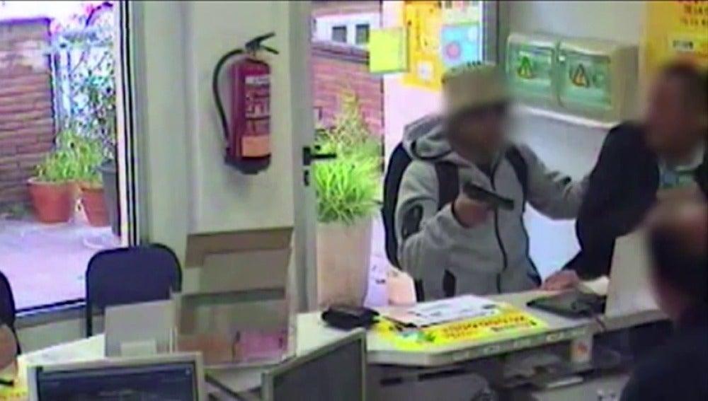 Los Mossos detienen a una pareja acusada de atracar en 20 días ocho oficinas de correos