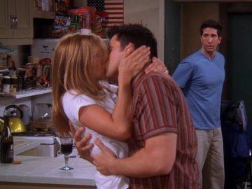 Rachel y Joey se besan ante el asombro de Ross en 'Friends'