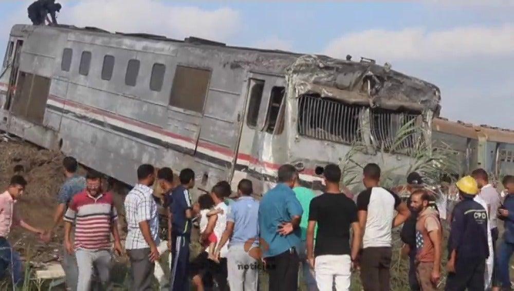 Al menos 36 muertos y 123 heridos tras un choque frontal entre dos trenes en la ciudad egipcia de Alejandría