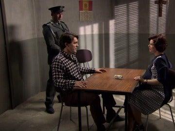 Marta ofrece dinero a Maroto para proteger a su padre