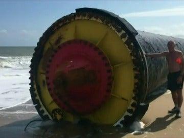 Encuentran en la playa unas tuberías gigantes