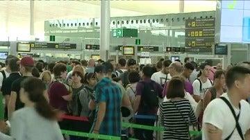 Pasajeros se quejan en el aeropuerto de El Prat por la huelga de Eulen