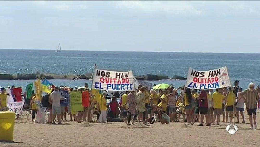 Una cadena humana en la Barceloneta pide el cese de la actividad de los pisos turísticos
