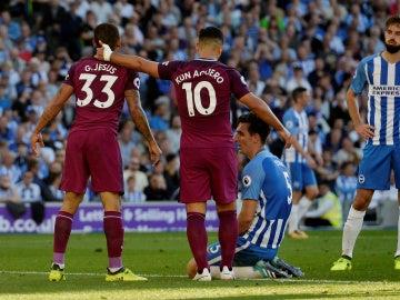 Gabriel Jesus y Kun Agüero celebran un gol
