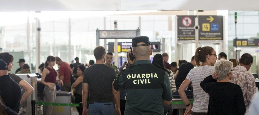Antena 3 tv crece la presencia de la guardia civil en el for Oficinas eulen