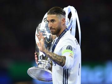 Sergio Ramos con la última Champions conquistada por el Real Madrid en Cardiff