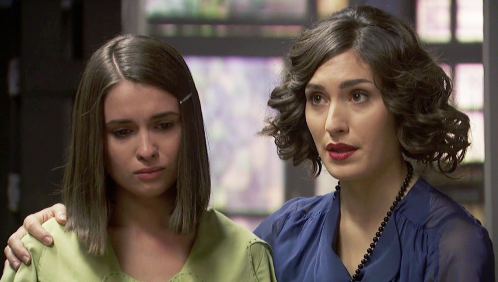 Beatriz escucha cabizbaja las reprimendas del padre Anselmo