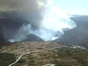 Fotografía facilitada por la Junta de Castilla y León del incendio forestal declarado en el municipal de Encinedo (León)