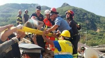Rescatado un niño del terremoto en la isla italiana de Ischia