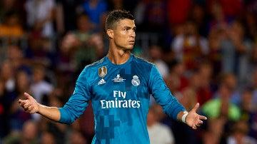 Cristiano Ronaldo protesta una acción en un partido del Madrid