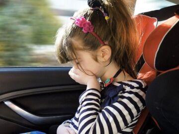 Consejos para evitar los mareos de los peques en el coche