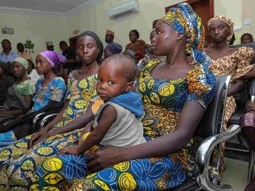 Varias mujeres y sus hijos en Nigeria