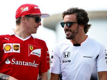 Raikkonen y Fernando Alonso charlan durante el GP de Alemania de 2016