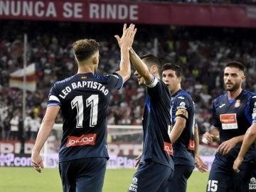 Leo Baptistao se abraza con sus compañeros del Espanyol