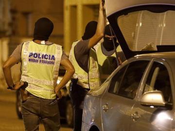 Agentes en el registro de un piso en Vilafranca