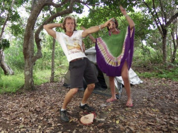 Iñaki seduce a sus chicas con movimientos de baile muy sensuales