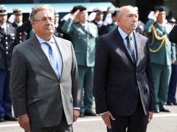 Juan Ignacio Zoido y Gerard Collomb guardan un minuto de silencio por las víctimas de los atentados de Cataluña
