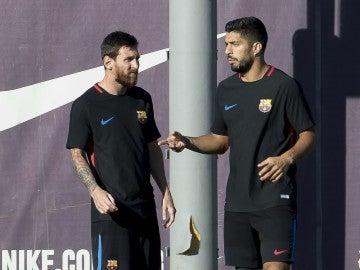 Messi y Luis Suárez hablan durante un entrenamiento con el Barcelona