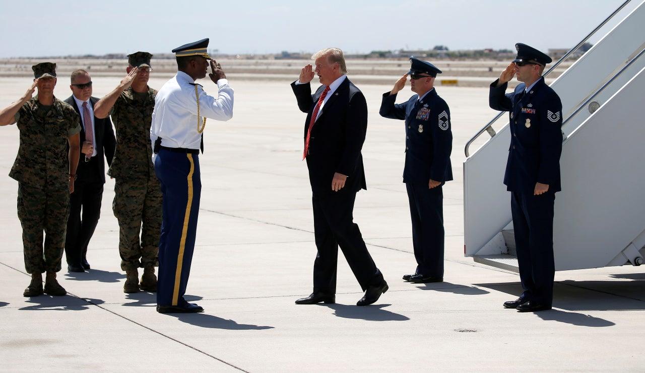Trump saluda a los miembros del ejército a su llegada a Arizona