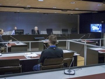 Una pantalla muestra a Abderrahman Mechkah en su vista judicial hecha por videoconferencia, en Turku, Finlandia