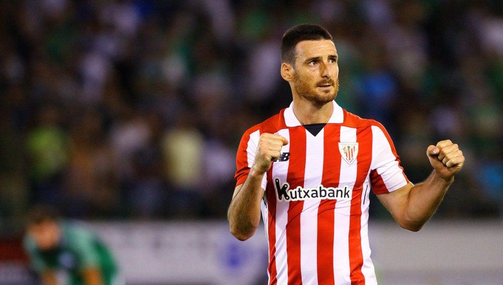 Aduriz levanta los brazos en un partido con el Athletic
