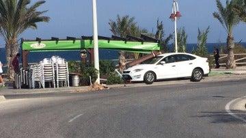 Estado en el que quedó el vehículo tras chocar con la terraza.