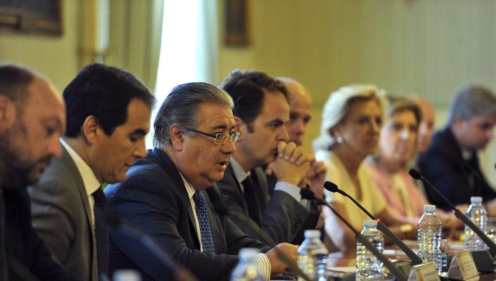 El ministro del Interior, Juan Ignacio Zoido junto al secretario de Estado de Seguridad, José Antonio Nieto y el secretario de Estado para las Administraciones Territoriales, Roberto Bermúdez de Castro, durante la reunión con los delegados del Gobierno