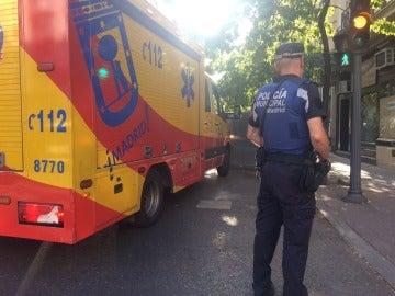 Los servicios de emergencia acuden al lugar donde un hombre ha atacado a su mujer con un cuchillo en Madrid