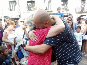 Un musulmán reparte abrazos en Las Ramblas