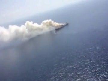 Comienzan a remolcar el carguero británico incendiado en Canarias
