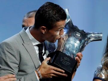 Cristiano Ronaldo con el Trofeo a mejor jugador