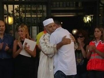 Emotivo abrazo de los padres de Xavi al imán de Rubí