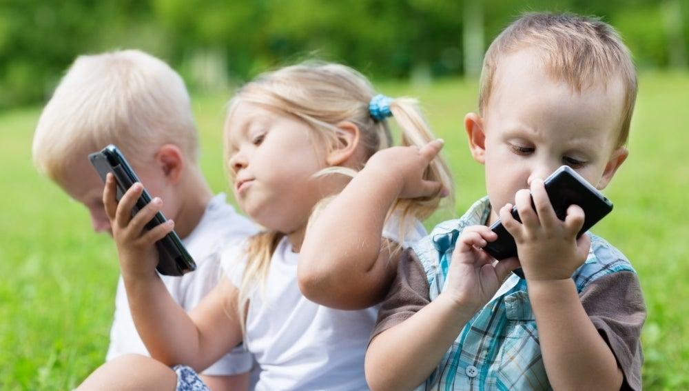 Niños con móviles