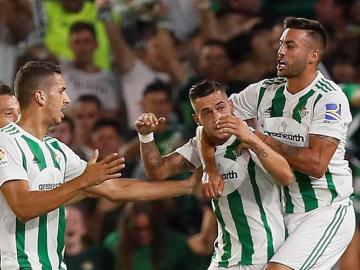 Los jugadores del Betis festejan el gol de Sergio León
