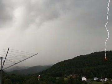 Frame de un rayo cayendo durante el vídeo