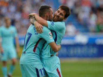 Messi se abraza con Alcácer para celebrar su gol con el Barça