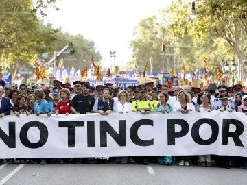 """Los 75 representantes de cuerpos de seguridad, emergencias, entidades vecinales y ciudadanas que encabezan en Barcelona la manifestación contra el terrorismo bajo el lema """"No tinc por"""""""