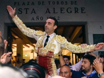 El diestro Enrique Ponce ha salido por la puerta grande de la plaza de toros de Vistalegre, tras cortar dos orejas a su segundo toro durante la séptima tarde de Corridas Generales de Bilbao