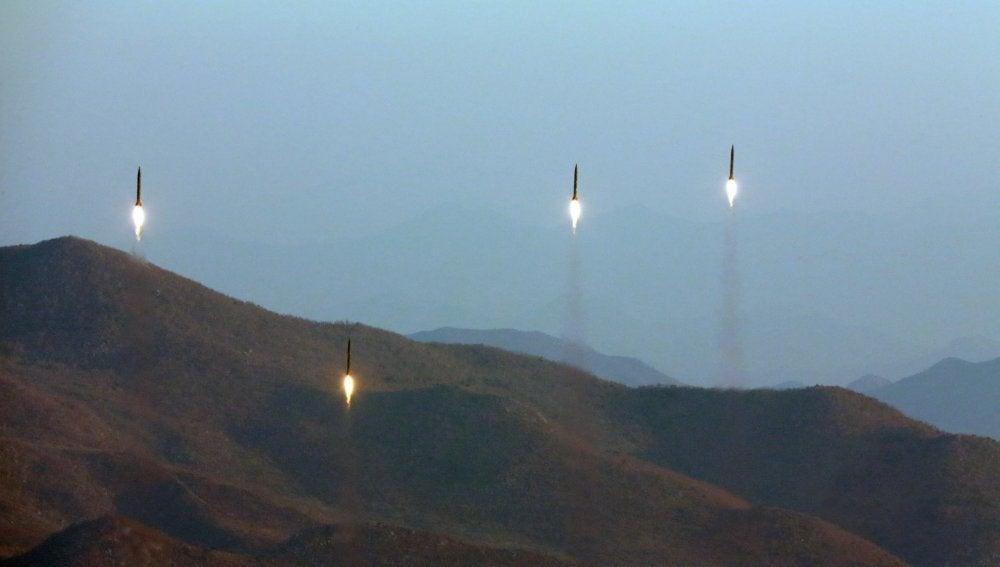 Fotografía de archivo de misiles lanzados por Corea del Norte al mar de Japón